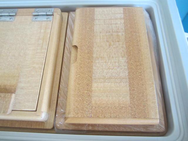 小出しエサ箱はビニール押え枠に納まる様になってます。
