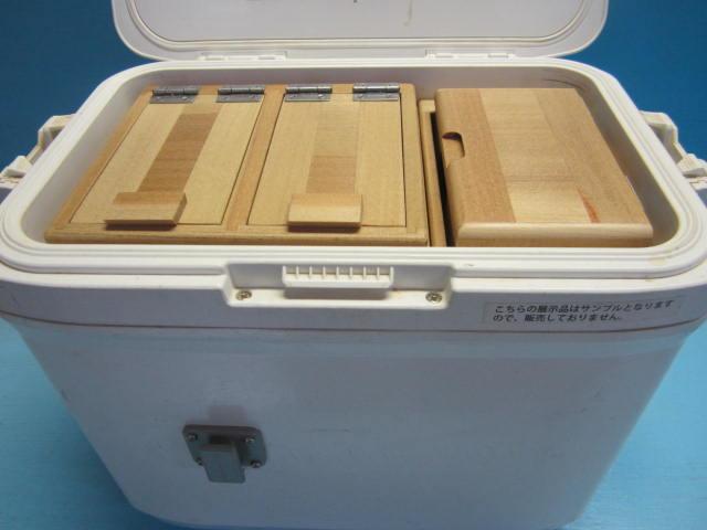 2室保存エサ箱と小出しエサ箱からなるエサ箱セットです。