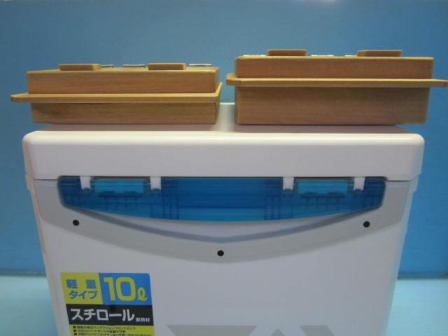 左がエサ箱セット45S(保存エサ箱の厚み45mm)右の保存エサ箱が厚み55mmの55S。