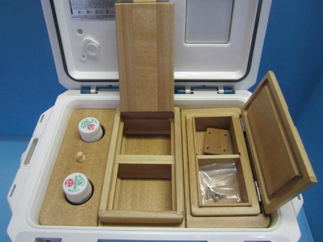 保存エサ箱は2室で這い出し防止、底面三角板貼。小出しエサ箱は印籠合わせで雨水の侵入を防ぐユナイト型。
