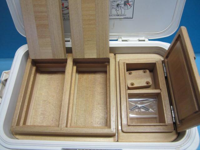 2室保存エサ箱は各エサ室にフタがあるセパレートタイプ。小出しエサ箱は雨水の侵入を防ぐ印籠合わせのユナイトタイプです。