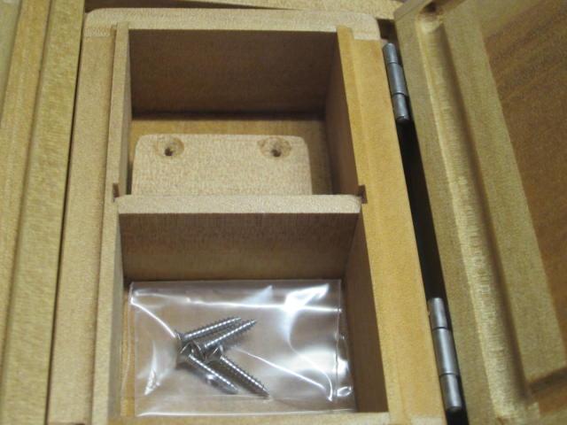 室内寸法51mm×55mm×27mm×2室。小出しエサ箱専用内枠はビニール押えとしても使えます。