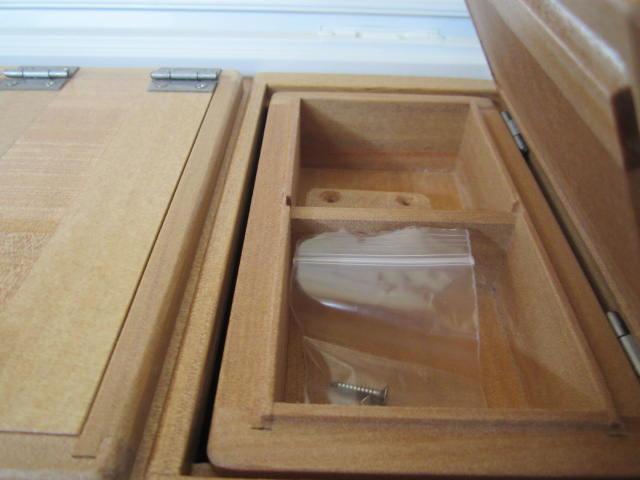 小出しエサ箱の外寸法157mm×90mm×48mm。室内寸法は66mm×64mm×28mm×2室。クーラー取付用のオリジナル木製ステー1個(ビス4本)付きです。