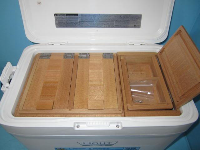 保存エサ箱と小出しエサ箱共にクーラーに合わせ出来る限り大きくしてあります。
