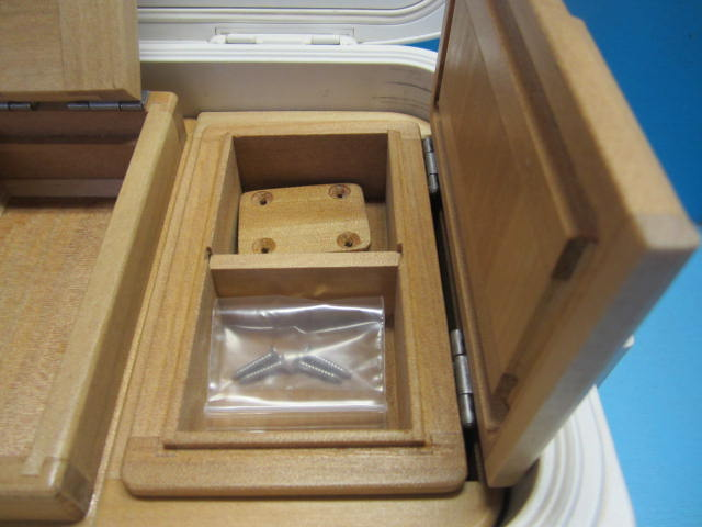 小出しエサ箱室内寸法51mm×55mm×27mm×2室。クーラー取付用のオリジナル木製ステー(ビス4本)つきです。