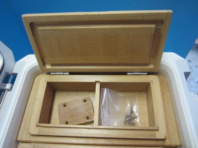 小出しエサ箱のサイズは外寸79mm×157mm×47mm。室内寸は55mm×64mm×27mm×2室。
