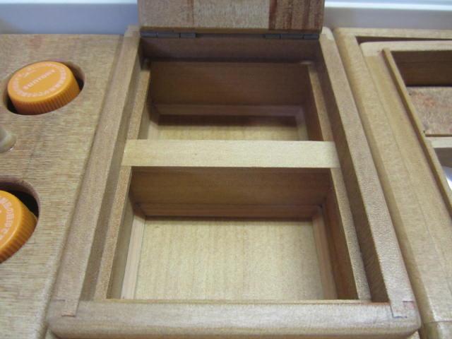 2室保存エサ箱の外寸法は106mm×157mm×55mm。(フィクセル9Lクーラーより長さは短いけど幅広のサイズとなってます)室内寸法85mm×58mm×35mm×2室。這い出し防止仕様、底面三角板付です。