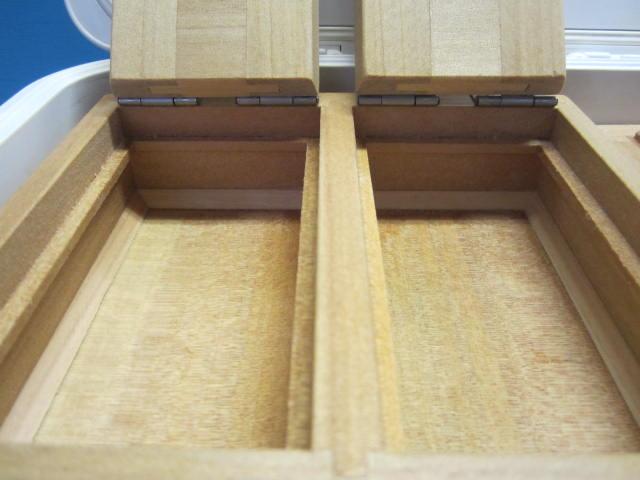 保存エサ箱の室内寸法67mm×122mm×23mm×2室。這い出し防止、底面三角板付です。エサ保存容量はチロリ、イソメ共に1,000円は楽に入る大きさです。