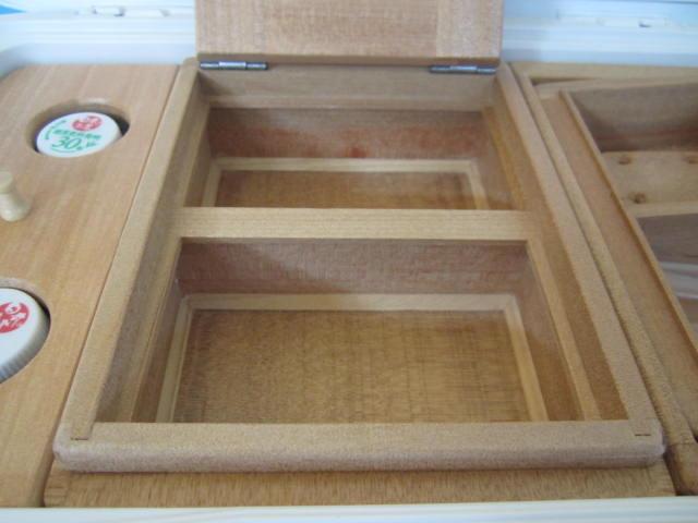 2室保存エサ箱の外寸は140mm×188mm×55mm。室内寸法は120mm×71mm×33mm×2室で這い出し防止、底面三角板付仕様です。
