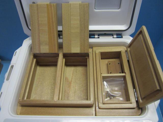 小出しエサ箱もクーラーの幅に合わせ従来品より25mm長くしてより使い易すくなってます。