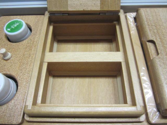 保存エサ箱は2室。外寸法114mm×142mm×55mm。室内寸法は98mm×57mm×33mm×2室。