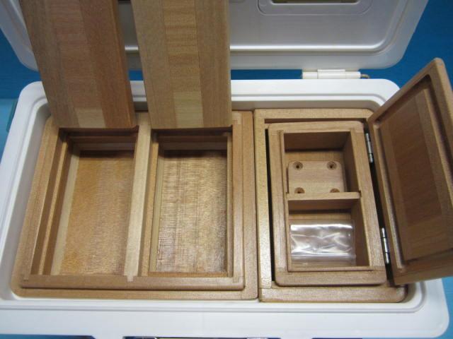 2室保存エサ箱は1室ごとにフタの付いたセパレートタイプでエサ箱に直接内枠をはめ込んだ内枠一体型。小出しエサ箱は小出し専用内枠に収納する仕様です。