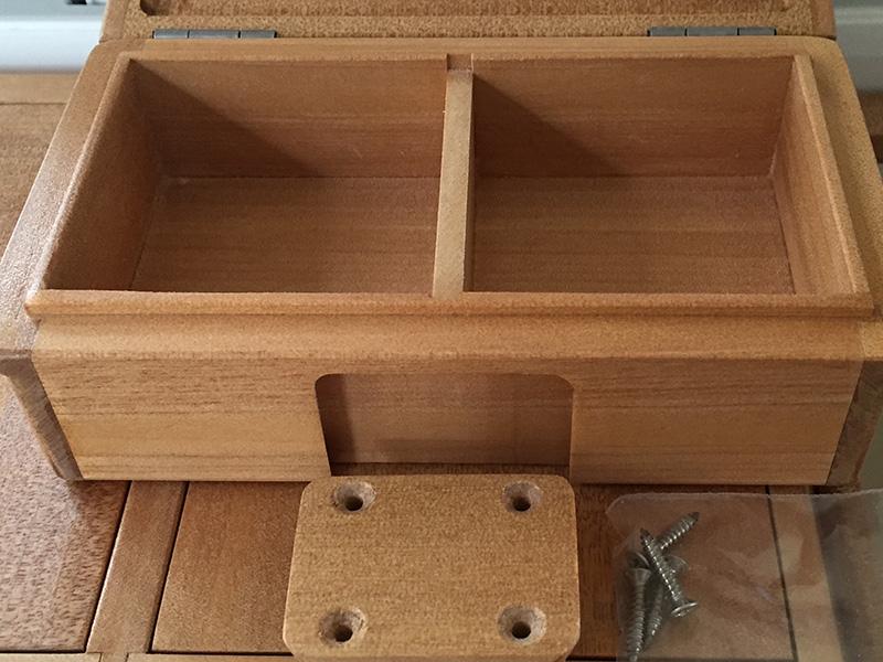 小出しエサ箱の外寸法は、158mm×90mm×47mm。内寸法65mm×66mm×28mm×2室。小出し用としてではなく保存エサ箱としても使えると思います。