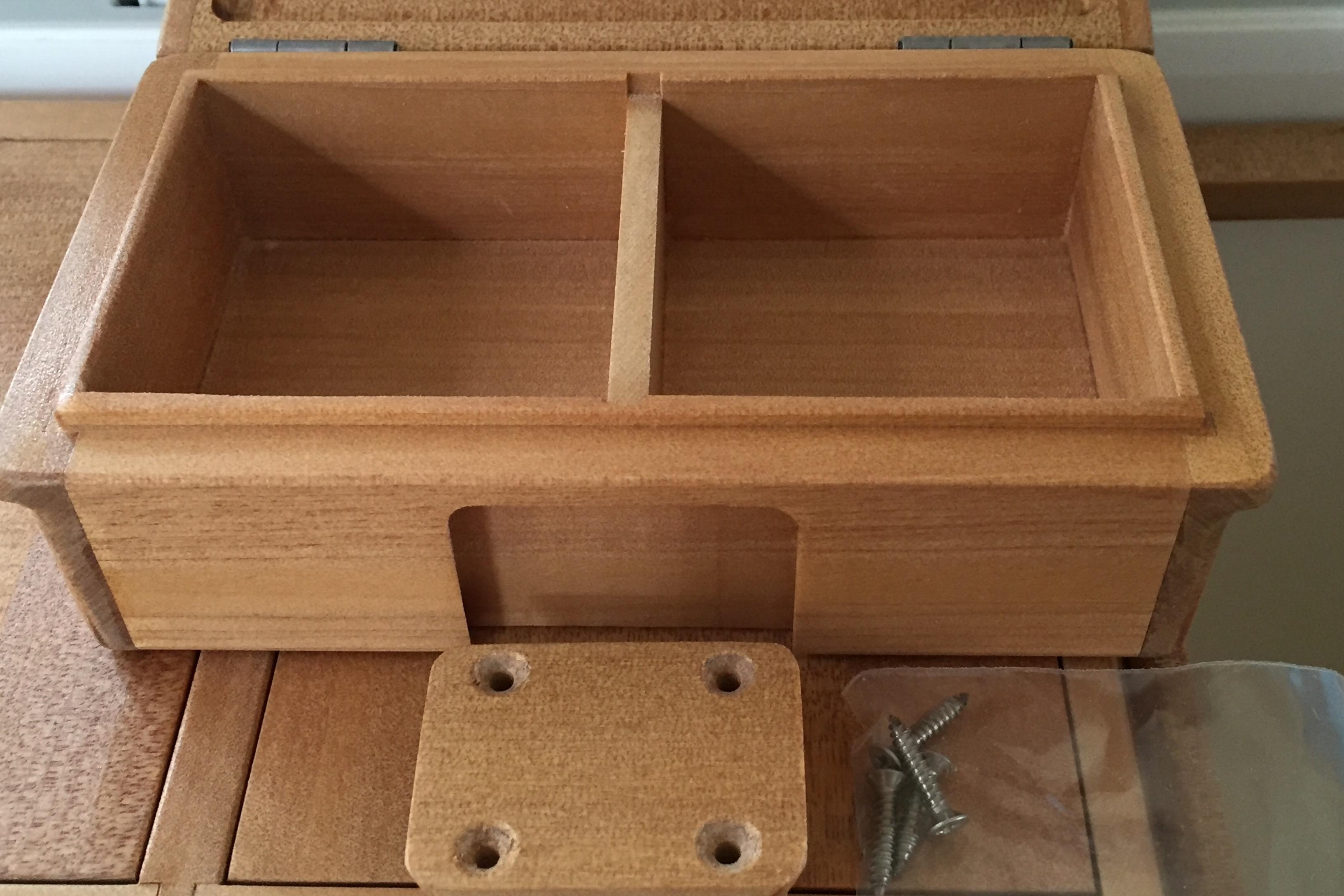 小出しエサ箱も保存エサ箱として使ってもいい大きさです。外寸法158mm×90mm×47mm。内寸法65mm×66mm×28mm×2室。