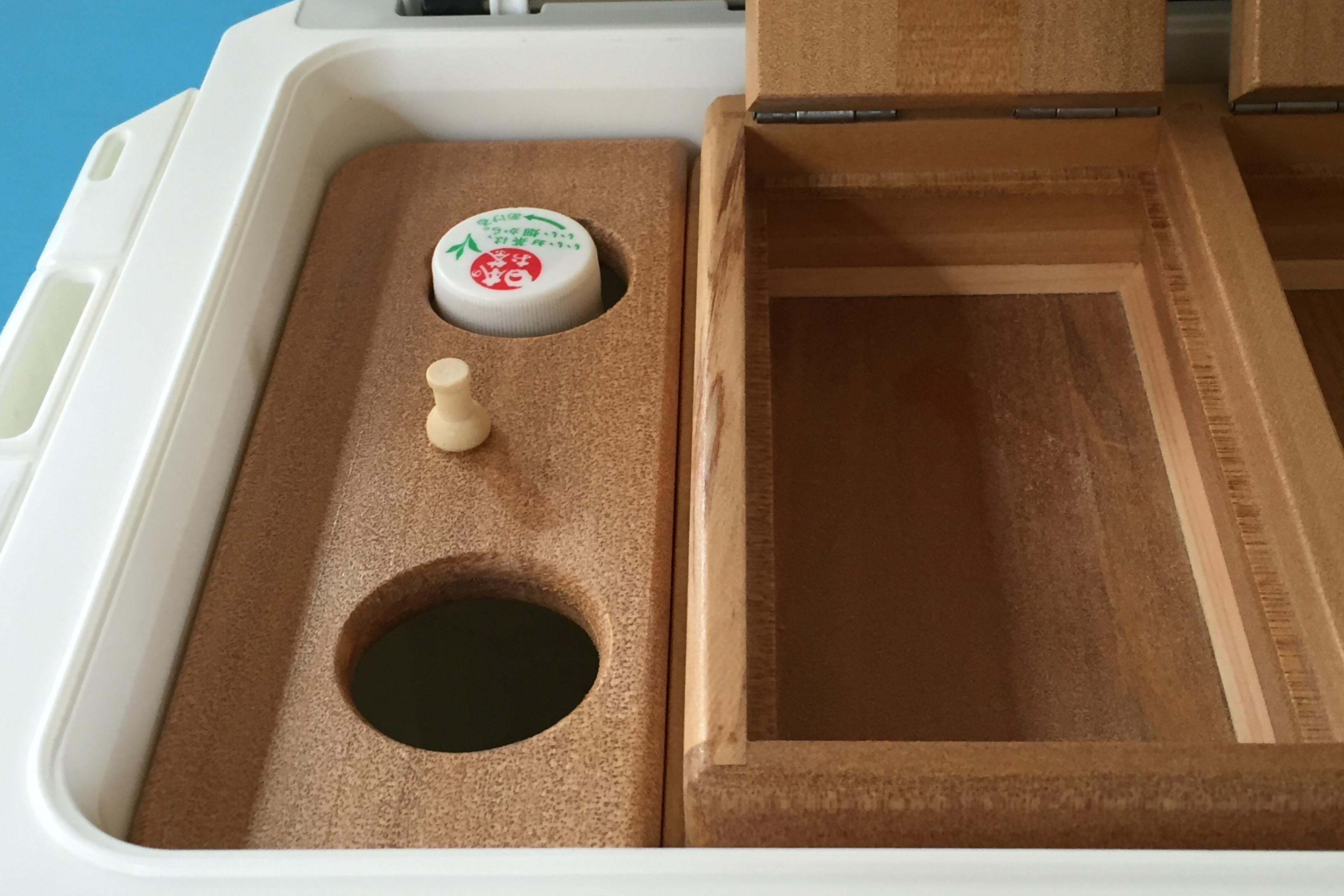 ペットボトルは2本収容タイプ。ペットボトルを凍らせて入れれば保冷に役立ちます。
