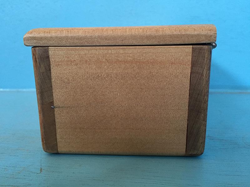 箱本体の板厚は12mmと厚くフタの厚みも1センチ。