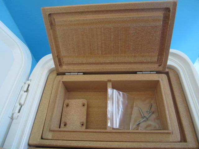 小出しエサ箱の外寸法157mm×90mm×48mm。室内寸法は66mm×64mm×28mm×2室。クーラー取付用のオリジナル木製ステー1個・ビス4本付です。