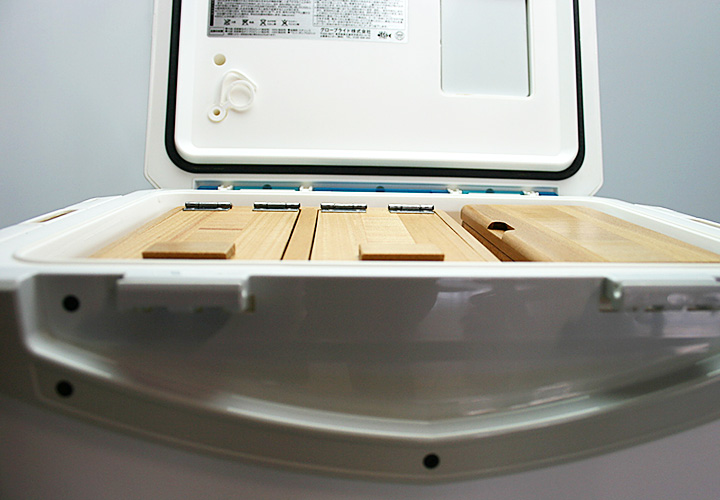 クーラー最上部にエサ箱セットが納まる様になってるのでクーラー自体の容量を最大限に生かせます。