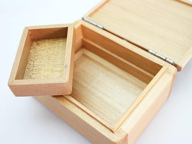 篭定木製1室エサ箱(石粉用皿付)の石粉用皿は取り外しができます。