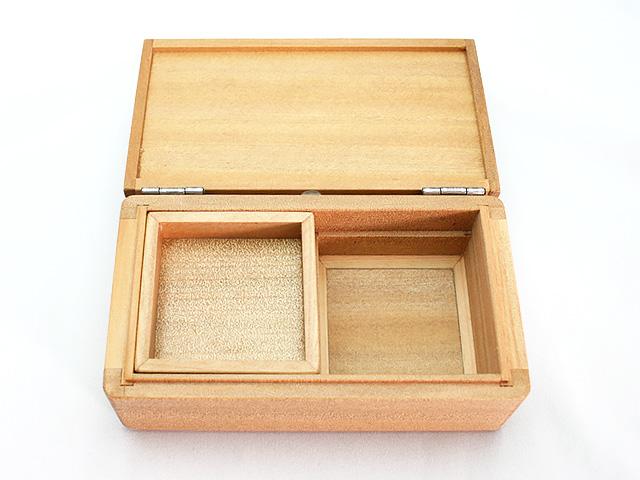 篭定木製2室エサ箱(石粉用皿付)です。