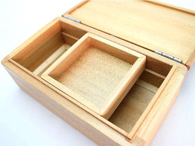篭定木製2室エサ箱(石粉用皿付)の石粉用皿は左右にスライドができます。