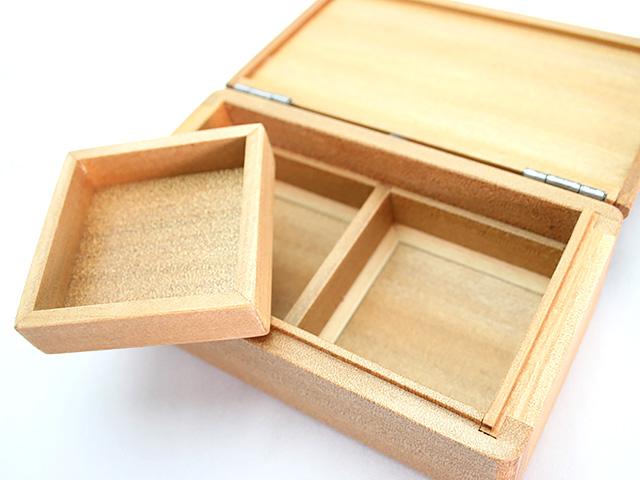篭定木製2室エサ箱(石粉用皿付)の石粉用皿は取り外しができます。