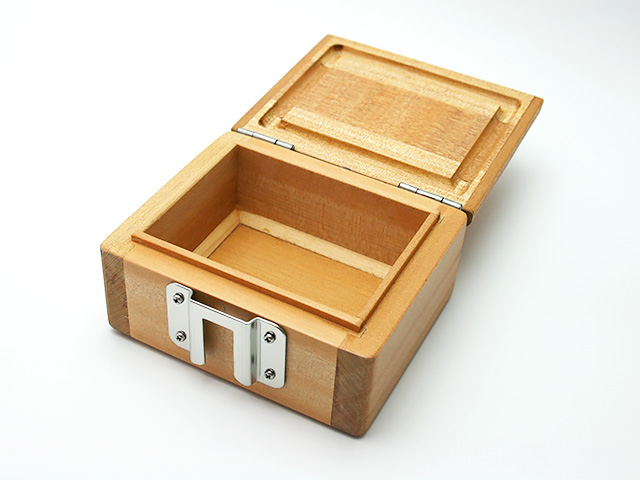 篭定木製1室エサ箱に「篭定エサ箱取付シマノ純正部品対応ステンレスステー」を取り付けました。雨水侵入防止の印籠合わせ加工。フタは3枚合わせでサイドも板張り、合計5枚の部材を使い反りを防止。底部の4端は、エサをつまみやすいように斜め加工。