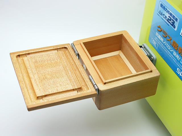 クーラーに取り付けた「シマノ純正ホルダー(クーラー用)」に篭定木製1室エサ箱を取り付けました。雨水侵入防止の印籠合わせ加工。フタは3枚合わせでサイドも板張り、合計5枚の部材を使い反りを防止。底部の4端は、エサをつまみやすいように斜め加工。