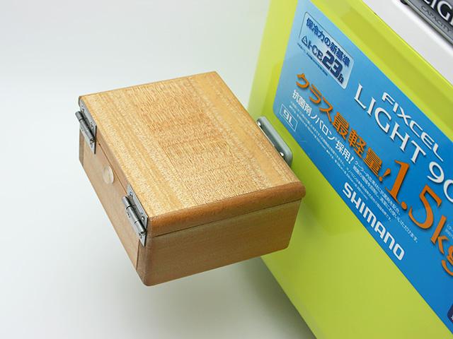 クーラーに取り付けた「シマノ純正ホルダー(クーラー用)」に篭定木製1室エサ箱を取り付けました。