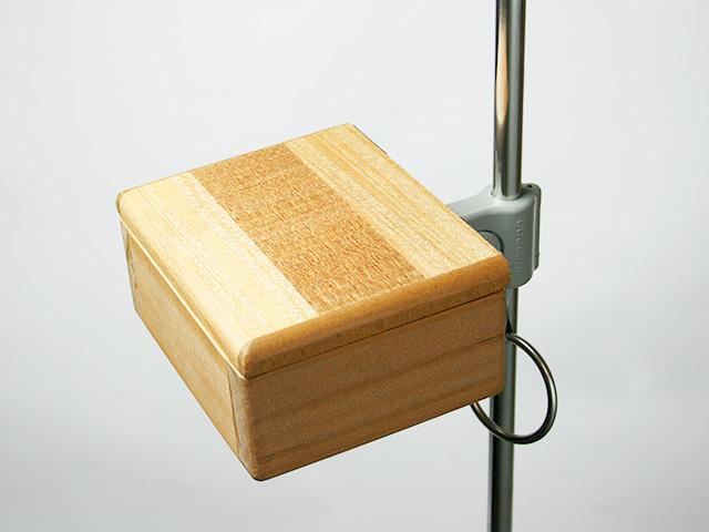 篭定木製1室エサ箱の背面に取り付けた「篭定エサ箱取付シマノ純正部品対応ステンレスステー」と、「遠州灘スペシャルII」に取り付けた「シマノ純正ホルダー(竿立用)」の接合です。