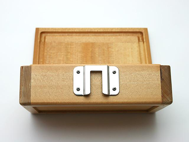 篭定木製2室エサ箱に「篭定エサ箱取付シマノ純正部品対応ステンレスステー」を取り付けました。