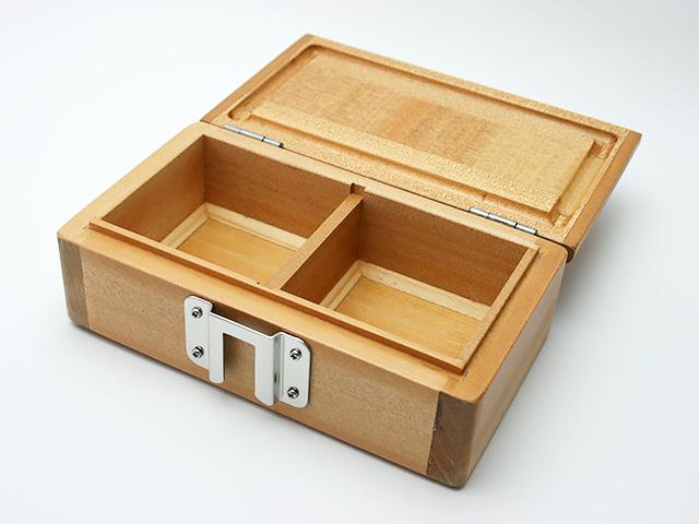 篭定木製2室エサ箱に「篭定エサ箱取付シマノ純正部品対応ステンレスステー」を取り付けました。雨水侵入防止の印籠合わせ加工。フタは3枚合わせでサイドも板張り、合計5枚の部材を使い反りを防止。底部の4端は、エサをつまみやすいように斜め加工。