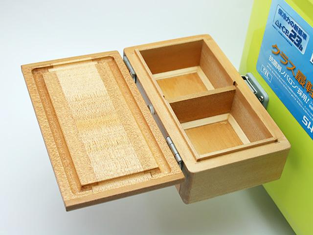 クーラーに取り付けた「シマノ純正ホルダー(クーラー用)」に篭定木製2室エサ箱を取り付けました。雨水侵入防止の印籠合わせ加工。フタは3枚合わせでサイドも板張り、合計5枚の部材を使い反りを防止。底部の4端は、エサをつまみやすいように斜め加工。