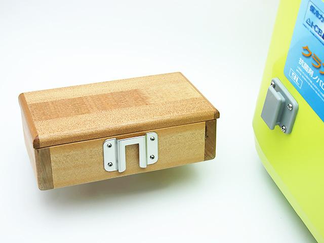 篭定木製2室エサ箱に取り付けた「篭定エサ箱取付シマノ純正部品対応ステンレスステー」と、クーラーに取り付けた「シマノ純正ホルダー(クーラー用)」です。