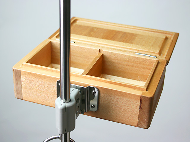 篭定木製2室エサ箱に取り付けた「篭定エサ箱取付シマノ純正部品対応ステンレスステー」と、「遠州灘スペシャルII」に取り付けた「シマノ純正ホルダー(竿立用)」の接合です。