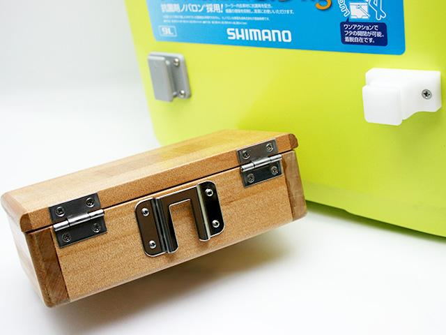 篭定木製2室エサ箱の背面に取り付けた「篭定エサ箱取付シマノ純正部品対応ステンレスステー」と、クーラーに取り付けた「篭定エサ箱ホルダー(クーラー取付用)」です。