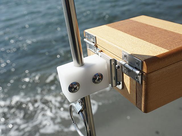 遠州 灘スペシャルIIに篭定エサ箱ホルダー(直径10mmのサンドポール取付用)を取り付け、篭定木製1室エサ箱を装着しました。